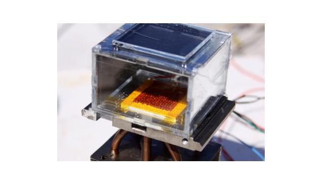 UC BerkeleyのMOFを用いて、MITが作成した水捕集装置。太陽光のみを用い、低湿度の空気から12時間で数リットルの水を絞り出す。MIT photo by Hyunho Kim.